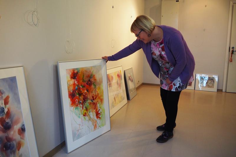 Raila Paavola pystytti alkuviikosta Vesiaskelmerkkejä-akvarellinäyttelyn Galleria Artistaan.