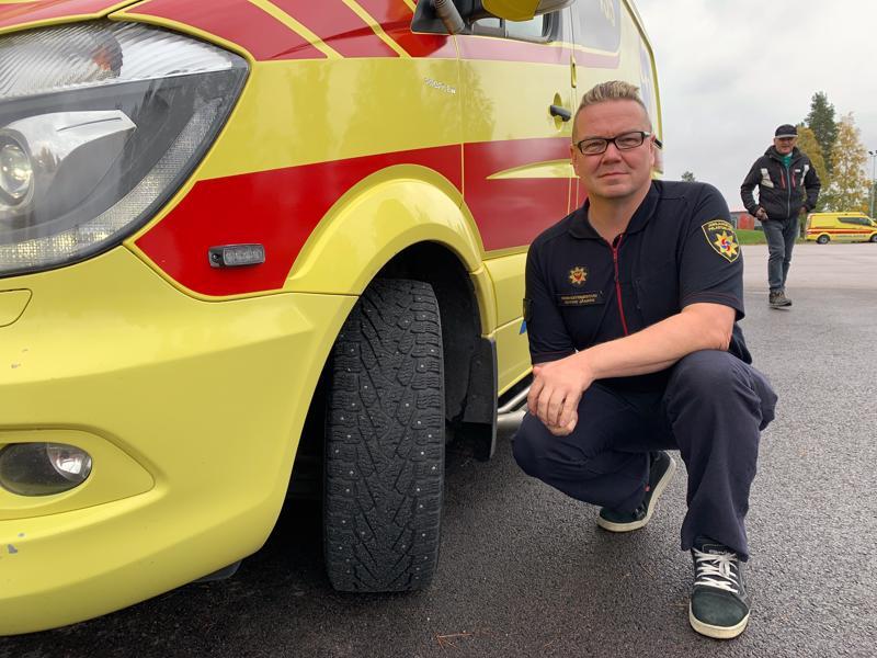 Ambulansseihin vaihdetaan talvirenkaat ennakoiden. Ensihoitomestari Marko Jämsen vastaa ensihoidon kalustota Jokilaaksojen pelastuslaitoksessa.