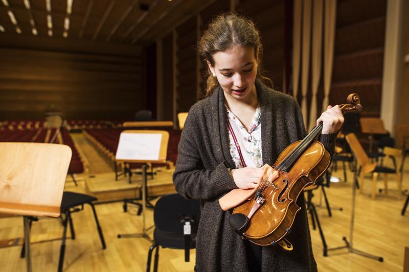 Onhan tämä vähän kulunut. Rebecca Roozeman ja Stradivarius-viulu vuodelta 1702.