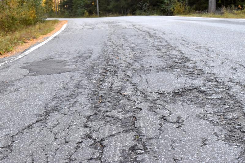 Tämän voi kai vielä paikata, mutta ely-keskus on löytänyt alueeltaan satoja kilometriä tieosuuksia, jotka pitäisi päällystää uudelleen. Kun vain olisi rahaa.