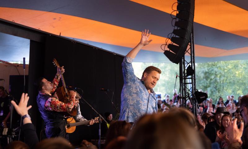 Saamuli Edelman ja Orkestra Suora Lähetys kävi viime kesänä esiintymässä myös Kaustisen festivaaleilla.