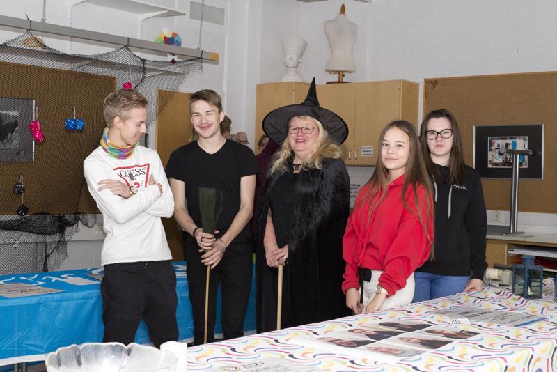 Linus Rautakoski, Miika Wedenoja, Merja Liikanen, Jasmiina Raapana ja Alena Ryda esittelivät yhdeksäsluokkalaisille kuluneella viikolla merkonomi-opintoja Tylypahkan hengessä.