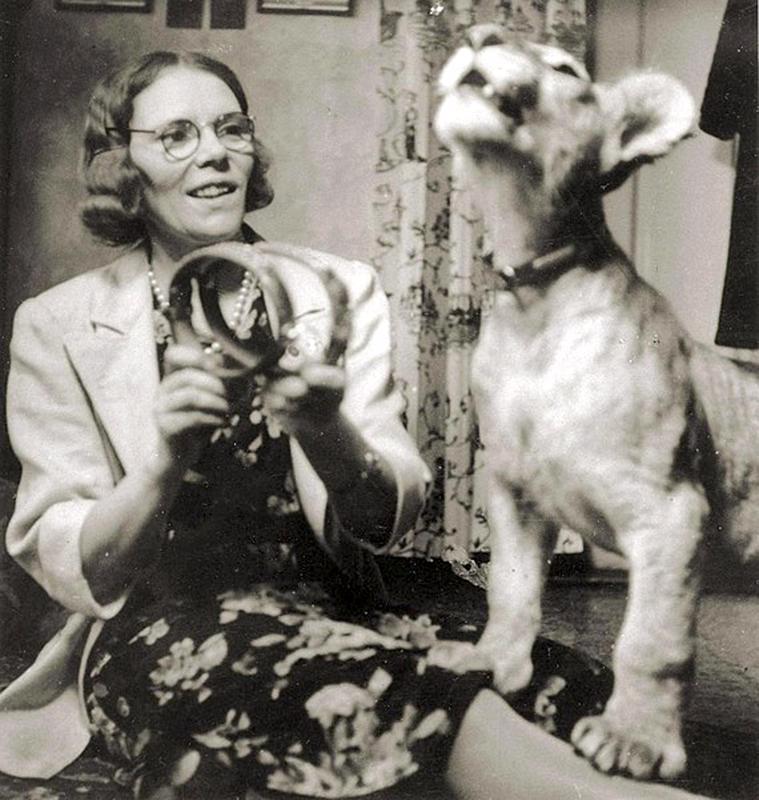 Maria Åkerblom 1940-luvulla Villa Toivolassa Korkeasaaressa syntyneen leijonanpennun kanssa.