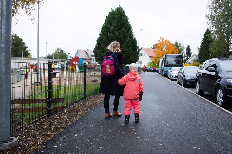 Sari Ahon lapset käyvät Torkinmäen koulua. Hän kokee, että koulun ympäristön liikenneturvallisuus on hyvällä mallilla.
