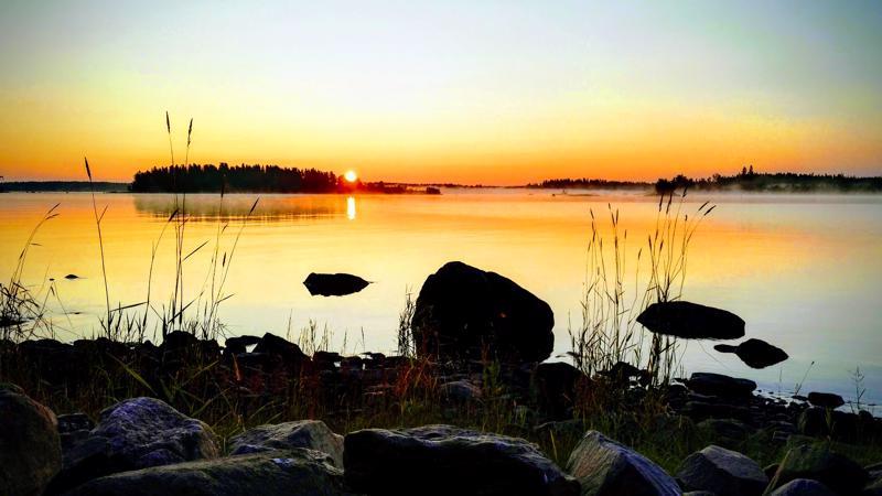 Aurinko nousee Konginkarissa.