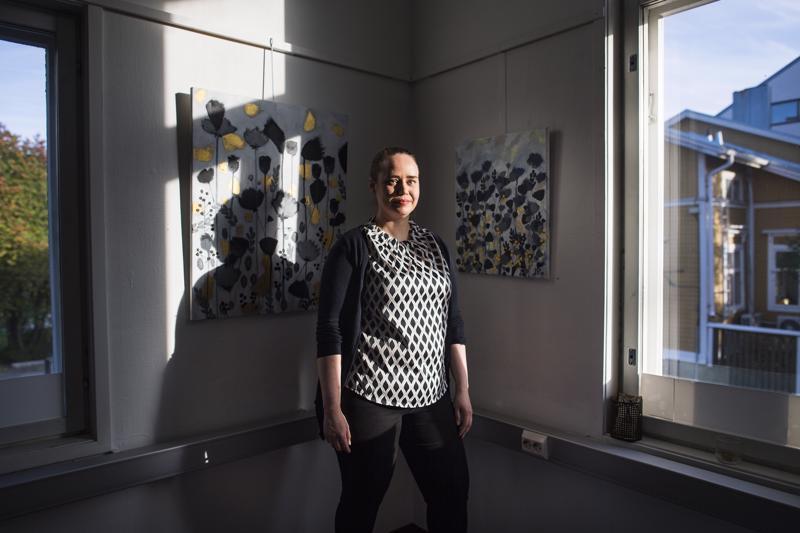 Valoa ja varjoja. Juristi ja tutkija Jenna Päläs maalaa tunteita ja tuntemuksia.