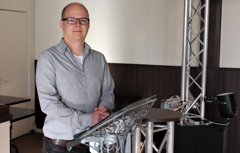 Pietarsaarelainen Antti Mäkinen toimii pastorina kerran viikossa järjestettävissä Vedä Henkeä -illoissa.