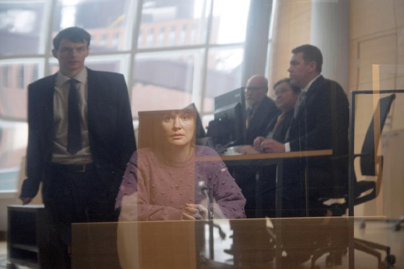 Johannes Holopainen (vas.) näyttelee syyttäjä Aleksia, jonka ensimmäinen oikeussalijuttu on Lotta Kaihuan näyttelemän Niinan raiskaustapaus.