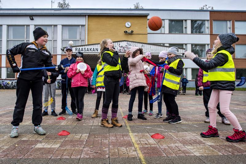 Kannuksen Raasakan koulun viidesluokkalaisista on koulutettu syksyn aikana välkkäreitä, jotka liikuttavat välitunneilla kaikkia koulun halukkaita oppilaita. Välkkäritoiminta on yksi Liikkuvan koulun toimintamuodoista.