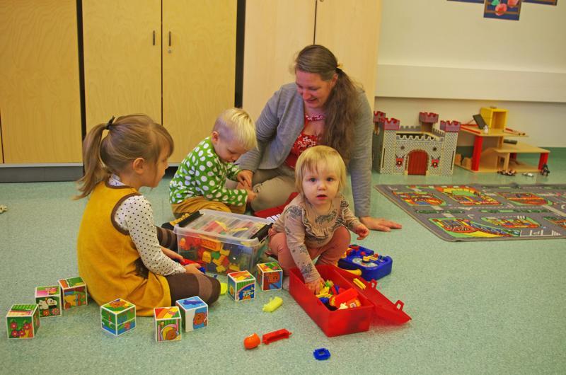 Eeva-Leena Ainasoja ja lapset Lyyli, Eero ja Helga Ainasoja MLL:n aamuporinoissa.