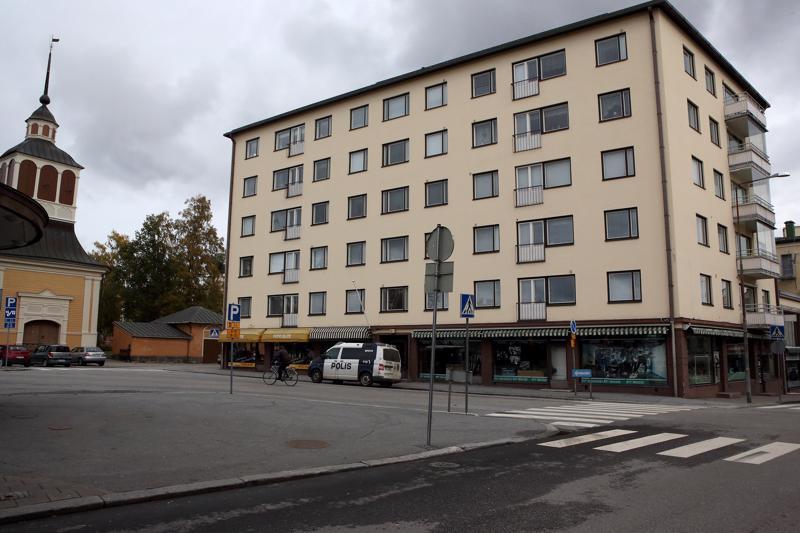 Keskipohjanmaan saamien tietojen mukaan surmattu nuori nainen olisi löytynyt Pietarsaaren Isokadun City-talosta, kaupunginkirkon vierestä. Poliisi ei ole toistaiseksi vahvistanut tietoa.