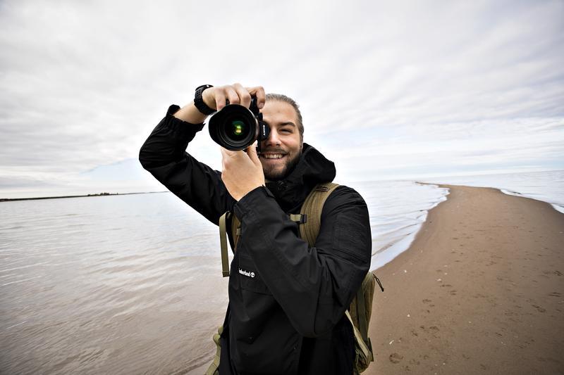 Tuukka Luukkonen on kameransa kanssa tuttu näky rannikolla.
