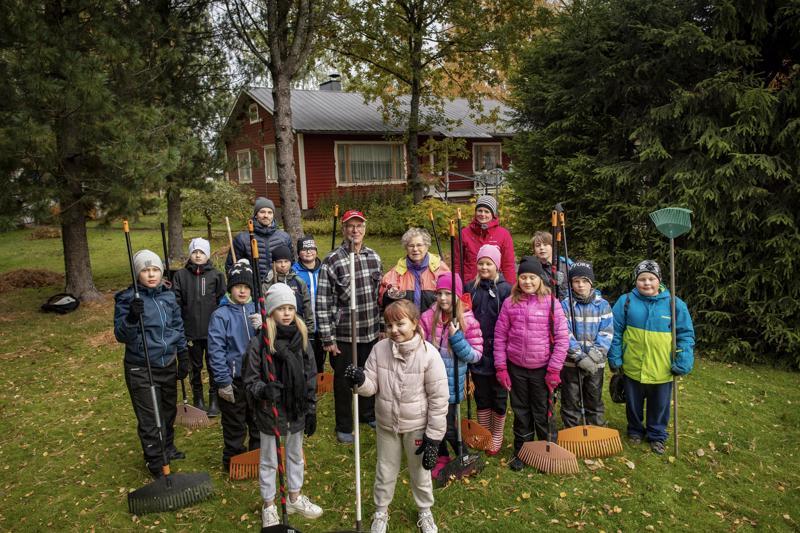 Arjen taidot -valinnaiskurssin oppilaat Torkinmäen koulusta haravoivat perjantaina Solmu ja Aino Finnilän pihan puhtaaksi lehdistä.