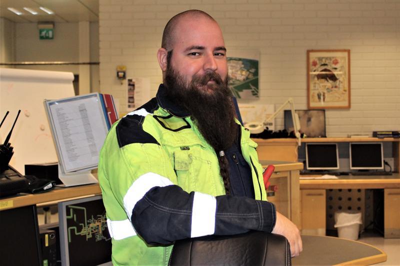 UPM:n sellutehtaalla prosessinhoitajana työskentelevä Matias Stenman haaveilee jatkokouluttautumisesta.