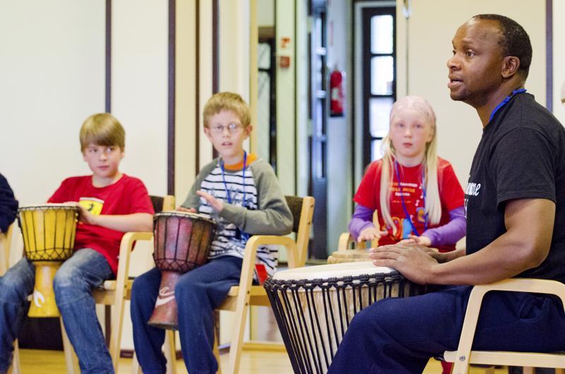 Arnold Chiwalala valmistelee Syys-folkeilla ensi viikonloppuna paikallisten lasten kanssa koululaiskonsertin, joka pidetään ensi viikon alussa. Arkistokuvassa Arnold pitää Folk-kurssia vuoden 2012 kesällä.