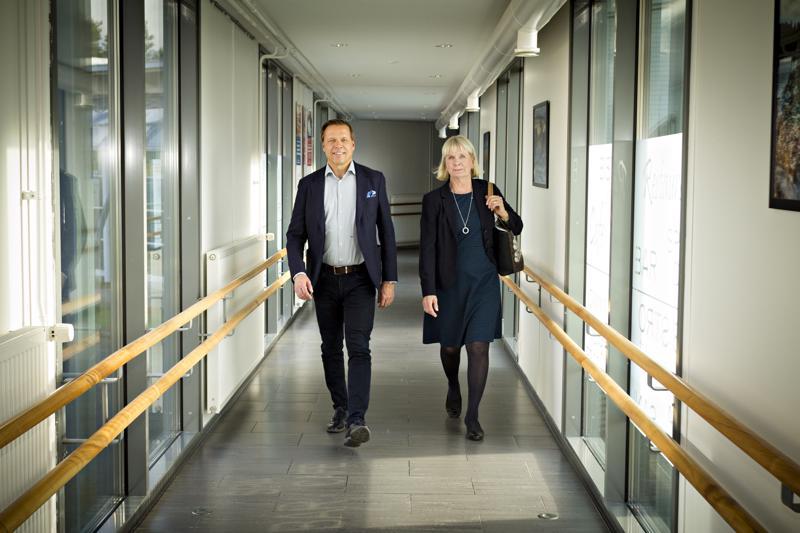 Pohjois-Pohjanmaan Ely-keskuksen johtaja Petri Keränen ja Pohjois-Pohjanmaan TE-toimiston johtaja Maire Mäki ovat pohtimassa ratkaisuja työttömyyteen ja työvoimapulaan Kalajoella järjestyssä Työllisyysforum-tapahtumassa.