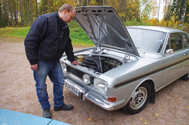 Jarmo Mäkikangas tutkailee RS:n 1,7-litraista moottoria, jonka teholukemat ovat 90 SAE-hevosvoimaa, urheilullinen peli siis silloin.