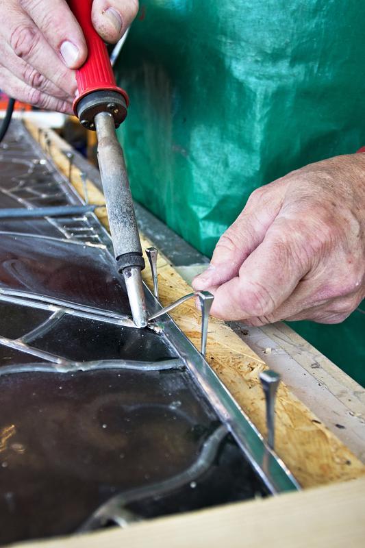 Ulvi kuluttaa lasimaalausten korjaamisessa hurjat määrät tinaa.