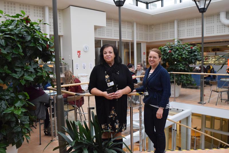Koulutuspalvelujen rehtori Ann-May Pitkäkangas ja oppimisen rehtori Anna-Lena Forsman Optiman kahviossa. 60 vuotta sitten tällaisista puitteista ei ollut tietoa.