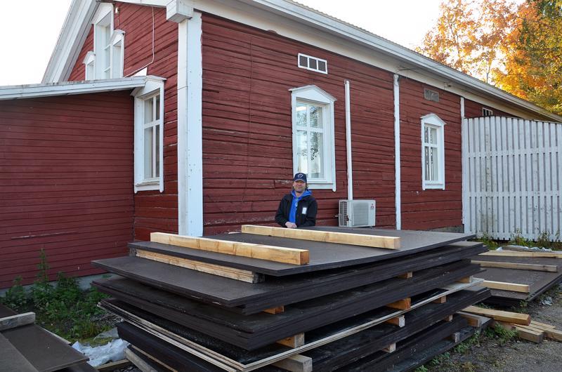 Rakennustarvikkeita, erityisesti monenlaisia vanereja myydään jo vuonna 1856 rakennetussa kiinteistössä, joka perimätiedon mukaan on salvattu Haapavedelle ja kuljetettu sieltä nykyiselle paikalleen Nivalan Karvoskylään.