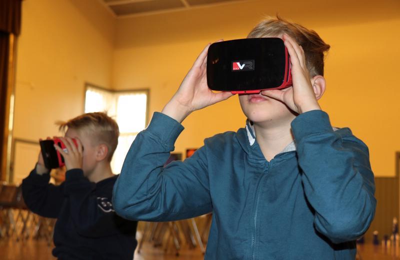 Vetelin keskuskoulun viidennen luokan oppilaat Aatu Rannila (vas.) ja Lauri Leponiemi kertoivat käyttäneensä VR-laseja aiemminkin.