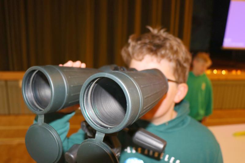 Vetelin keskuskoulun viides luokka osallistui Pulkkisen nuorisoseuran järjestämään avaruusviikkoon. Martti Torvikoski vilkaisi näkymiä kiikarien läpi. Taustalla Viljami Läspä.