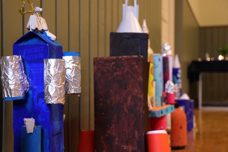 Vetelin keskuskoulun viidennen luokan oppilaiden tekemiä raketteja on esillä Pulkkisen-Haukilahden nuorisoseurantalon salissa avaruusviikolla.