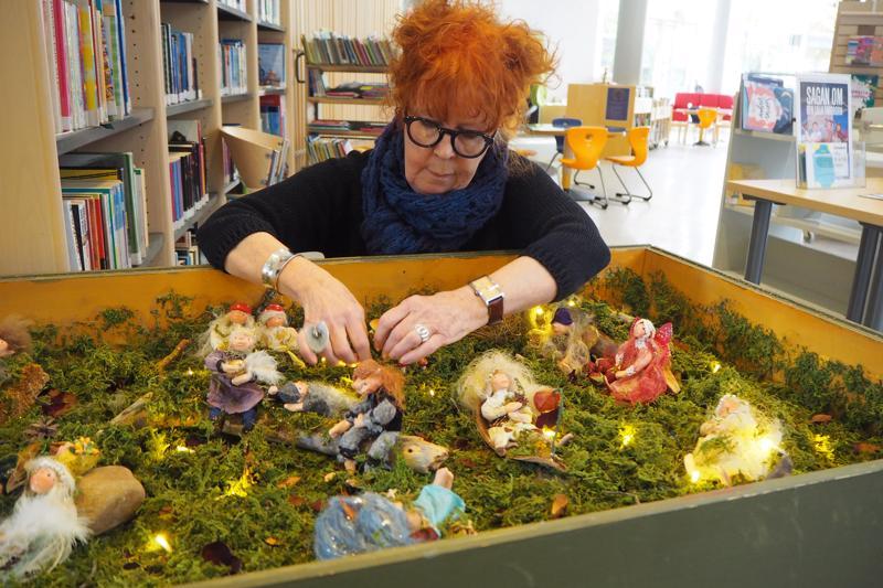 Teatterilla pitkään työskennelleen Eeva-Leena Järven halu luoda uusia maailmoja ei ole kadonnut minnekään. Kaupunginkirjaston lastenosastolla on esillä nyt hänen tekemänsä satumaailma.