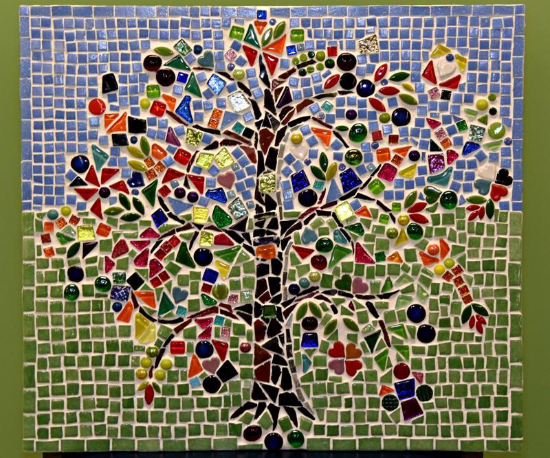 Viime kesänä Töttöröperän yhteisötaideteokseen osallistuneilla näyttelyvierailla on talven aikana mahdollisuus käydä kirjastossa katsomassa, millainen Elämänpuusta tuli.