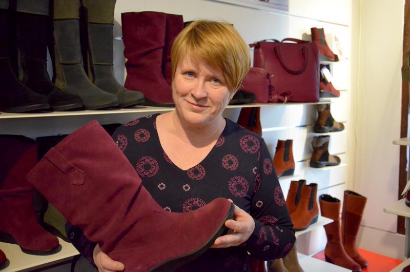 Sievi Shopin päätuote on Sievin Jalkineen kengät.  Toimitusjohtaja Terhi Vähäsalolla on yllään Utua-mekko, taustalla näkyy Utua-laukkuja.