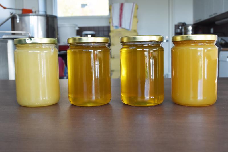 Hunajan väri, koostumus ja maku vaihtelevat sen mukaan, mistä kasveista se on kerätty.  Hunajaan ei koskaan lisätä mitään ainetta. Vasemmalla viime vuotista, jo kiteytynyttä hunajaa, muut purkit tämän vuoden satoa.