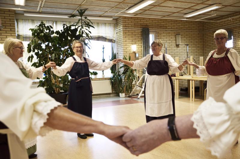 Mirja Haanpää ja Seija Mattila (toinen oik.) ovat innostaneet lukuisia ylivieskalaisia senioritanssin piiriin.
