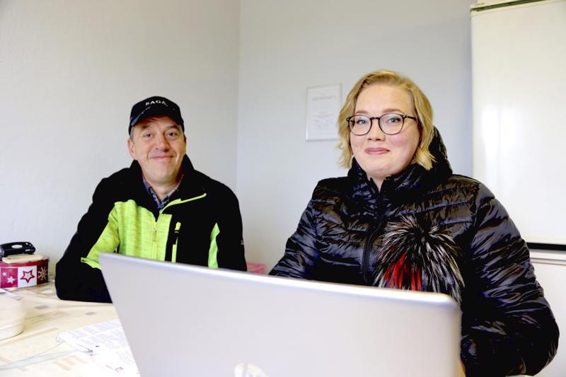 Turkistalousneuvoja Hanna Puputti (oik.) ja tarhaaja Mika Kykyri pitävät mahdollisena, että turkisten hinnat tulevissa huutokaupoissa nousevat viime vuodesta.