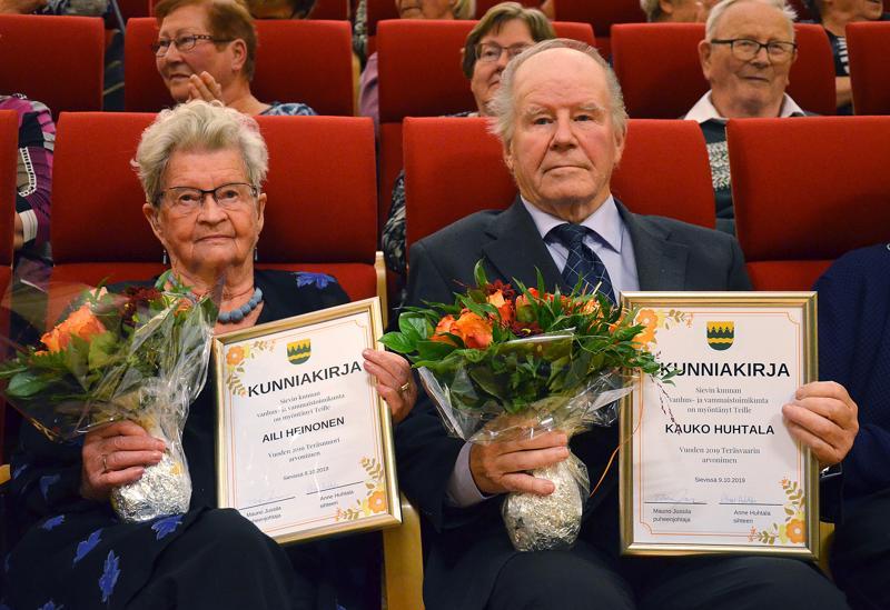 Kallion alueen vanhusten viikon pääjuhlassa Sievissä vuoden 2019 teräsmuoriksi valittiin Aili Heinonen ja teräsvaariksi Kauko Huhtala .