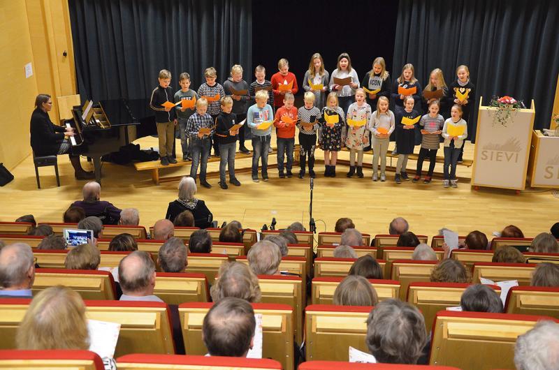 Korhosen koulun oppilaat lauloivat Suomen Sievistä opettajansa Teija Tuomen säestyksellä Kallion alueen vanhusten viikon pääjuhlassa.