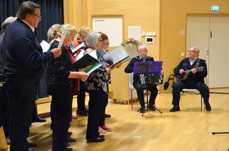 Sievin Seniorilaulajat Taimo Löfin johdolla esittivät kolme laulua.