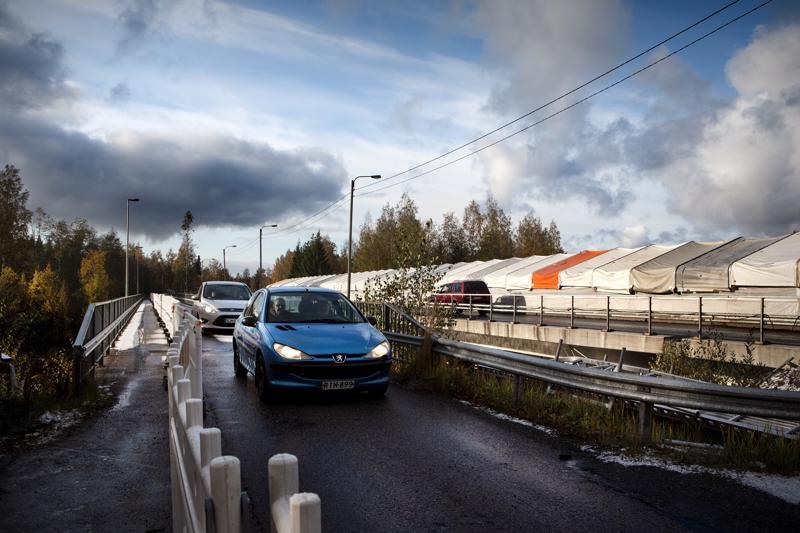 Kevyen liikenteen silta oli vielä 9.10. henkilöautojen väylänä kohti pohjoista.