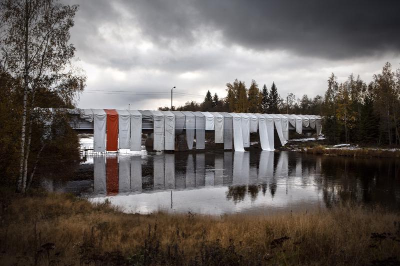 Lokakuun 9. päivänä silta oli vielä huputettuna.
