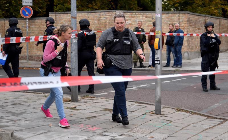 Poliisit vartioivat rikospaikkaa lähellä synagogaa Hallessa Saksassa keskiviikkona. Ainakin kaksi kuoli ampumisessa.