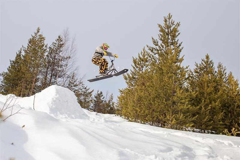 Kuva elokuvasta, jossa Tomi Rajala laskee snowchootilla Rovaniemen Mäntyvaarassa.