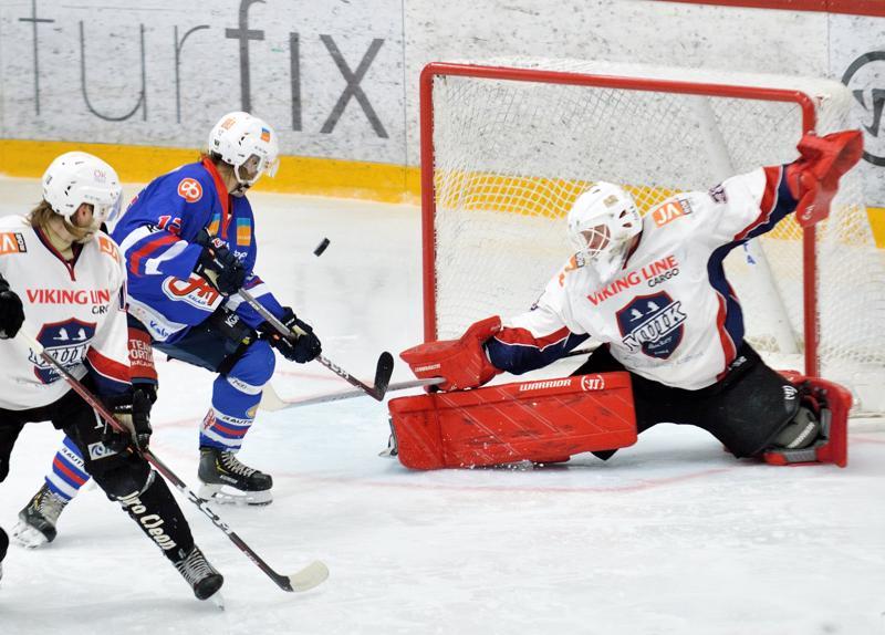 Niklas Sundfors siirsi kolmannessa erässä kiekon vain sekunnin murto-osia ennen summeria Muik Hockeyn maaliin.