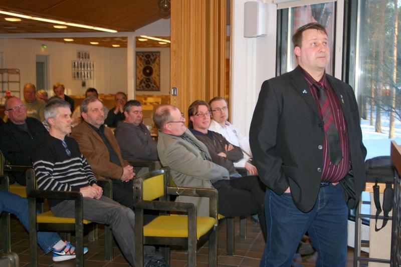 Aki Simunaniemi esittelemässä kuulijoilleen tuulivoimahanketta.