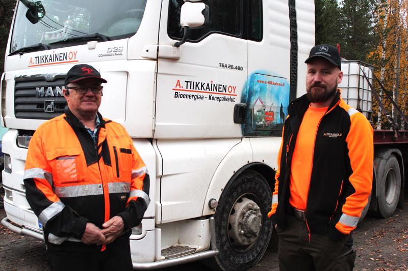 A. Tiikkainen Oy:ssä kausivaihteluita yhdistetään bioenergialla ja konepalveluilla. Vasemmalla Antti Tiikkainen ja oikealla Jari Tiikkainen.