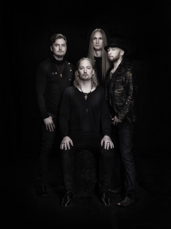Kalle Lumme (vas.) on Casey Bloomin kitaristi, Toni Mäki-Leppilampi (takana kesk.) soittaa bassoa ja Mikko Hyvönen (oik.) kosketinsoitinta. Edessä bändin perustaja ja solisti Marko Jantunen.