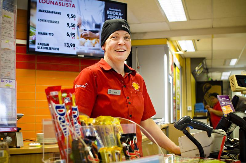 Heidi Kolppasen voi tavata Kalajoen Shellin tiskin takana. Ennen nykyistä työtään hän toimi ravintolapäällikkönä Vitsarin Shellillä Kokkolassa.