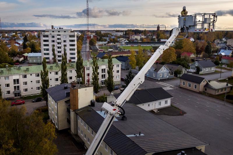 Palomies Vesa Puutio testasi pelastuslaitoksen nostolavan toimintaa Kokkolan palolaitolaitoksen yllä keskiviikkona alkuillasta.