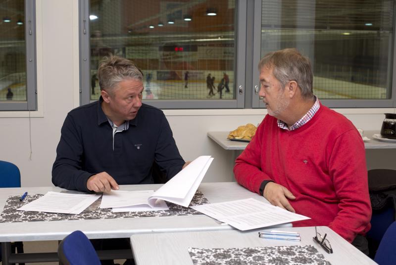 Jukka-Pekka Hjelm ja Erwin Birr allekirjoittivat uuden sopimuksen Tuuliareenan nimestä tiistaina.  – Olemme mukana paikallisessa urheilussa muissakin lajeissa, kuten keilaamisessa, pesä- ja jalkapallossa sekä hiihdossa, Birr sanoo.