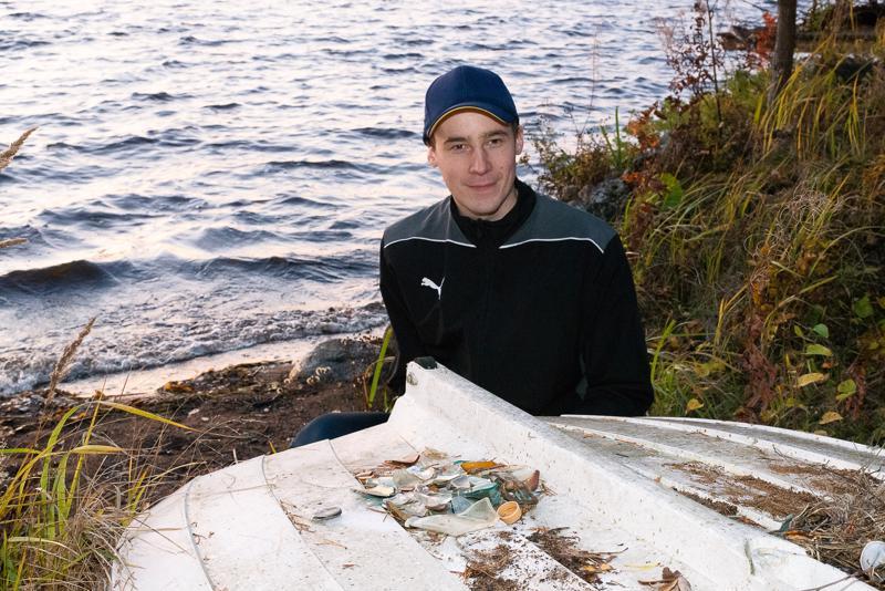 Jouni Myllylä on kerännyt rannasta noussutta jätettä veneen päälle.  –Äiti on vienyt keräämänsä lasin lasinkeräykseen, mutta minä katson kuinka paljon tätä vielä tulee, hän sanoo.
