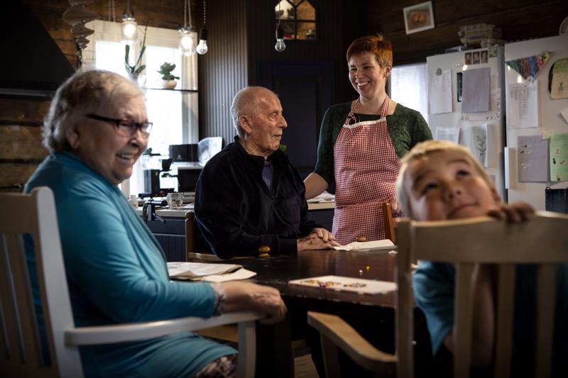 Eri sukupolvet kohtaavat Lahden perheen kotona. Ikäihmiset Hillevi Uusimäki (vas.) ja Reino Saari (2. vas.) ovat perhehoidossa Lahden perheessä. Perhehoitajana toimii Vuokko Lahti (2. oik.), tosin koko perhe osallistuu hoitotyöhön. Talon nuorin asukas on kuusivuotias Vertti Lahti (oik.).
