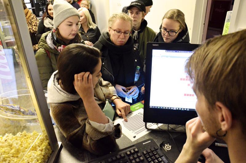 Razma Abdali miettii sopivia istuinpaikkoja Taru Kangasvieren, Aini Ylikuljun, Jussi Kärkisen ja Terhi Karhumaan kanssa.